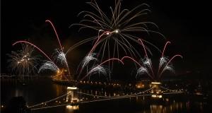 Tűzijáték a Duna felett Budapesten a nemzeti ünnepen, 2018. augusztus 20-án. MTI Fotó: Kovács Tamás