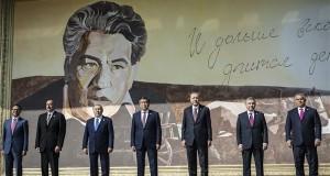 A Miniszterelnöki Sajtóiroda által közreadott képen Ilham Alijev azeri (b2), Nurszultán Nazarbajev kazah (b3), Szooronbaj Zseenbekov kirgiz (b4), Recep Tayyip Erdogan török (b5) és Savkat Mirzijojev üzbég államfő (b6), valamint Orbán Viktor miniszterelnök (j) és Ramil Hasanov, a Türk Tanács főtitkára (b) a türk nyelvű államok együttműködési tanácsának VI. ülése előtt a kirgizisztáni Csolpon-Atában 2018. szeptember 3-án. MTI Fotó: Miniszterelnöki Sajtóiroda / Szecsődi Balázs