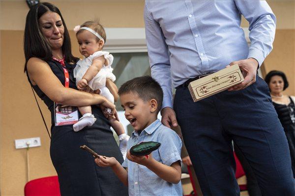 Kisfiú kezében a ház kulcsa, balról Tódor Gyöngyi, a kedvezményezett család tagjai, a Horizont Global Kft. által épített adományház lakói a házszentelő és kulcsátadó ünnepség napján a főváros XXII. kerületében 2018. szeptember 11-én. MTI Fotó: Mónus Márton