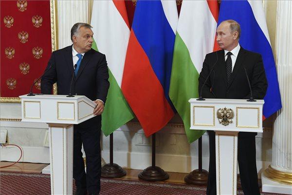 Vlagyimir Putyin orosz elnök (j) és Orbán Viktor miniszterelnök sajtótájékoztatót tart találkozójukat követően a moszkvai Kremlben 2018. szeptember 18-án. MTI Fotó: Koszticsák Szilárd