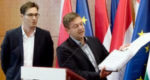 Tóth Bertalan, a Magyar Szocialista Párt (MSZP) elnök-frakcióvezetője (j) és Karácsony Gergely, a Párbeszéd társelnöke sajtótájékoztatót tart a Sargentini-jelentés kapcsán Budapesten, az Országgyűlés Irodaházában 2018. szeptember 13-án. Megszavazta a magyar jogállamisági helyzetről szóló különjelentést szeptember 12-én az Európai Parlament (EP), a plenáris ülésen 448 igen szavazattal, 197 ellenében, 48 tartózkodás mellett fogadták el a képviselők a dokumentumot. MTI Fotó: Koszticsák Szilárd
