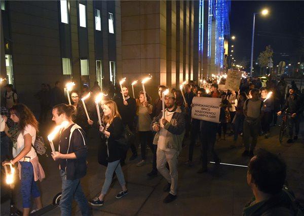 Az LMP ifjúsági szervezete, a Lehet Más a Jövő a Corvinus egyetemért meghirdetett fáklyás demonstrációja az egyetem előtt 2018. október 9-én. MTI Fotó: Bruzák Noémi