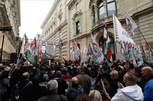 Sneider Tamás, a Jobbik elnöke, országgyűlési képviselő beszédet mond a Mindenki a rádióhoz! - Az ellenállás napja címmel meghirdetett Jobbik rendezvényen az 1956-os forradalom és szabadságharc kitörésének 62. évfordulóján a Magyar Rádió Bródy Sándor utcai volt székházánál 2018. október 23-án. MTI/Mohai Balázs