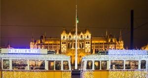Fényfüzérekkel feldíszített Ganz UV típusú adventi fényvillamos a Parlament előtti Kossuth Lajos téren 2018. november 29-én. MTI/Balogh Zoltán