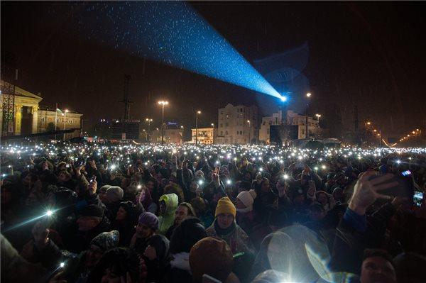 A közönség Sting brit és Shaggy jamaicai énekes koncertjén a budapesti Hősök terén 2018. november 24-én. MTI/Balogh Zoltán