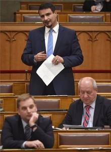 Mesterházy Attila, az MSZP képviselője azonnali kérdést tesz fel az Országgyűlés plenáris ülésén 2018. október 15-én. Előtte frakciótársai, Harangozó Tamás (b) és Korózs Lajos. MTI Fotó: Illyés Tibor
