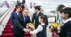 A Hszinhua kínai ügynökség által közreadott képen Orban Viktor miniszterelnök (b) a sanghaji repülőtérre érkezik 2018. november 4-én. Orbán Viktor a november 5-én Sanghajban megnyíló első Kínai Nemzetközi Import Expo (CIIE) eseményein vesz részt. MTI/Hszinhua
