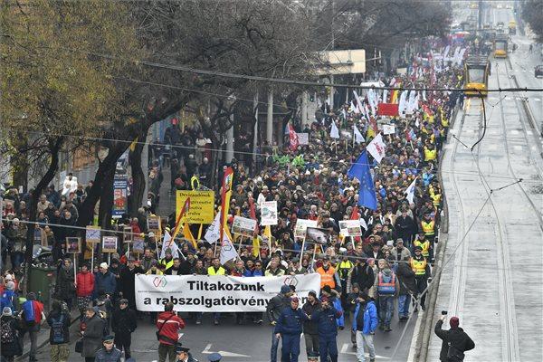 Résztvevők vonulnak a Magyar Szakszervezeti Szövetség demonstrációján a fővárosi Szent Isván körúton 2018. december 8-án. A tiltakozást az évi ötven nap túlmunka ellen, a tudományos kutatási szabadságáért és a tanszabadságért tartották. A demonstrációhoz számos szakszervezet és szakszervezeti szövetség csatlakozott. MTI/Szigetvary Zsolt