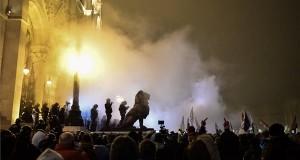 A Szabad Egyetem és a Hallgatói Szakszervezet Tüntetés a rabszolgatörvény ellen / Diák-Munkás szolidaritás címmel meghirdetett demonstráció résztvevői és rendőrök a Parlament előtti Kossuth téren 2018. december 13-án. MTI/Mónus Márton