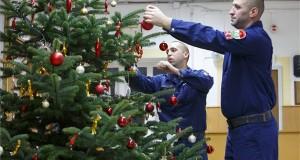 Lakatos Attila Tamás (b) és Jakab Péter tűzoltók díszítik a karácsonyfát szolgálatuk alatt a Nagykanizsai Hivatásos Tűzoltóparancsnokságon 2018. december 24-én. MTI/Varga György