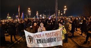 Az ellenzéki pártok kezdeményezésére a munka törvénykönyvének módosítása ellen indult tüntetés résztvevői a Margit hídon 2018. december 12-én. MTI/Mónus Márton