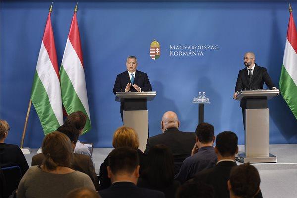 Orbán Viktor miniszterelnök (b) a Kormányinfó sajtótájékoztatón a Miniszterelnöki Kabinetiroda Garibaldi utcai sajtótermében 2019. január 10-én. Mellette Kovács Zoltán, a Miniszterelnöki Kabinetiroda nemzetközi kommunikációért felelős államtitkára. MTI/Koszticsák Szilárd