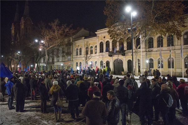 Résztvevők a munka törvénykönyvének módosítása, valamint a kormány ellen tüntetők demonstrációján a békéscsabai Kossuth téren 2019. január 12-én. MTI/Rosta Tibor