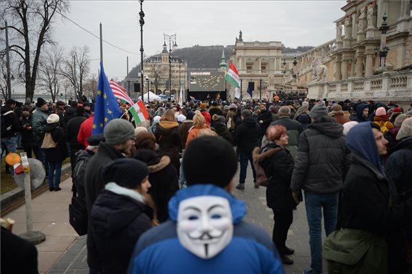 Az országos demonstráció helyszíneit mutató kivetítő a munka törvénykönyvének az önkéntes túlmunkaidő bővítéséről szóló módosítása elleni tüntetésen a fővárosi Várkert Bazár előtt 2019. január 19-én. MTI/Balogh Zoltán
