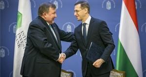 Varga Mihály pénzügyminiszter (j) és Nyikolaj Koszov, a Nemzetközi Beruházási Bank (NBB) elnöke kezet fog a nemzetközi pénzintézet székhelyének áthelyezéséről szóló megállapodás aláírása után Budapesten, a Pénzügyminisztériumban 2019. február 5-én. A bank Magyarországon megnyíló új központjának létrehozásával az NBB hatékonyabban kapcsolódhat be az európai pénzügyi-gazdasági életbe. MTI/Pénzügyminisztérium