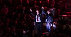 Tóth Bertalan, az MSZP elnöke (b) és Frans Timmermans, az Európai Szocialisták Pártjának csúcsjelöltje, az Európai Bizottság alelnöke bevonul az MSZP kongresszusán, ahol a párt európai parlamenti (EP-) listájáról és választási programjáról döntenek a Villányi úti Konferenciaközpontban 2019. február 16-án. MTI/Mónus Márton
