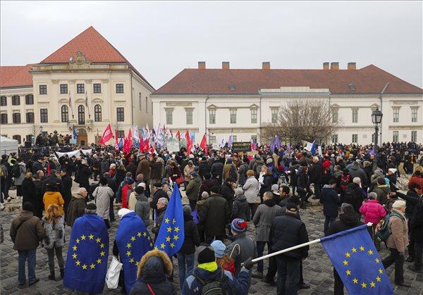 Az ellenzéki pártok Értékelni jöttünk! címmel meghirdetett tüntetésének résztvevői a Szent György téren Orbán Viktor évértékelő beszéde után 2019. február 10-én. MTI/Mohai Balázs