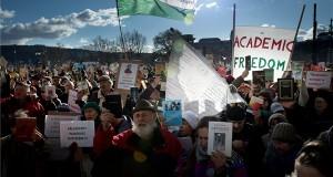 A Magyar Tudományos Akadémia (MTA) tervezett átalakítása ellen tüntetnek az Akadémiai Dolgozók Fóruma Élőlánc a tudományért címmel meghirdetett demonstrációjának résztvevői az MTA székháza előtt Budapesten 2019. február 12-én. MTI/Koszticsák Szilárd
