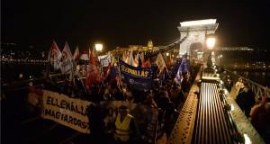 Az ellenzéki pártok Értékelni jöttünk! címmel meghirdetett tüntetésének résztvevői vonulnak a Lánchídon Orbán Viktor évértékelő beszéde után 2019. február 10-én. MTI/Balogh Zoltán