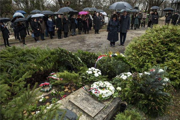 Radnainé Fogarasi Katalin, a Nemzeti Örökség Intézete (NÖRI) főigazgatója (k) Kodolányi János posztumusz Kossuth-díjas író (1899-1969) születésének 120. és halálának 50. évfordulója alkalmából a síremlékénél tartott megemlékezésen a Farkasréti temetőben 2019. március 13-án. MTI/Mónus Márton