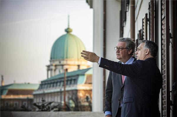 Orbán Viktor miniszterelnök (j) a Karmelita kolostorban fogadta Alexander Downer korábbi ausztrál külügyminisztert 2019. március 23-án. A Miniszterelnöki Sajtóiroda által közreadott kép. MTI/Miniszterelnöki Sajtóiroda/Szecsődi Balázs