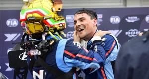 Az első helyezett az olasz Gabriele Tarquini, a BRC Hyundai N Squadra Corse csapat pilótája (b) és csapattársa, a második helyezett Michelisz Norbert a túraautó-világkupa (WTCR) harmadik futama után a mogyoródi Hungaroringen 2019. április 28-án. MTI/Czeglédi Zsolt