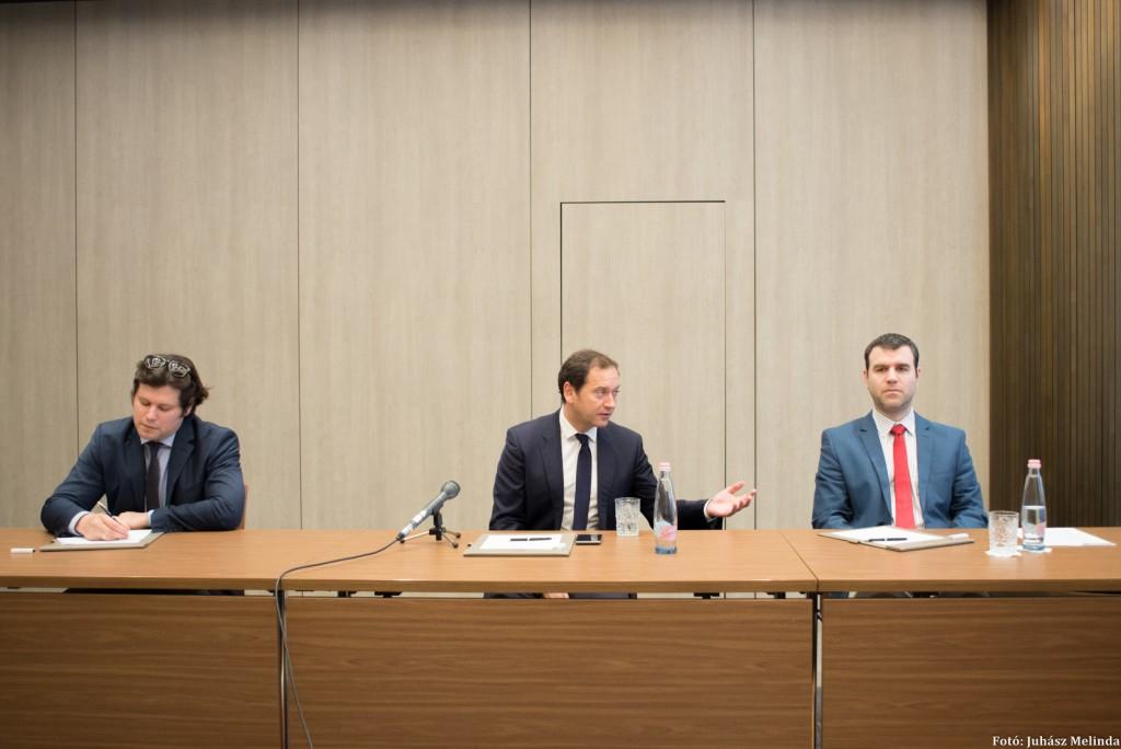 (b-j) Pálffy Gergely elemző, Török Zoltán vezető elemző és Blahó Levente elemző Fotó: Juhász Melinda