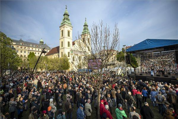Résztvevők  a holokauszt magyarországi áldozatainak emléknapja alkalmából megrendezett Élet menetén Budapesten, a Március 15. téren 2019. április 14-én. Jobbról a háttérben Iain Lindsay, az Egyesült Királyság budapesti nagykövete mond beszédet. MTI/Mohai Balázs