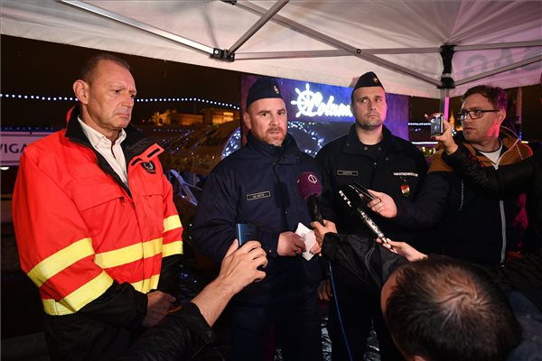 Győrfi Pál, az Országos Mentőszolgálat szóvivője, Gál Kristóf, az Országos Rendőr-főkapitányság szóvivője és Kolozsi Péter, a Fővárosi Katasztrófavédelmi Igazgatóság szóvivője (b-j) 2019. május 30-án tájékoztatja a sajtó képviselőit a Dunán a Parlament közelében 24-én éjszaka történt balesetről. Heten meghaltak, amikor két hajó összeütközött, majd az egyik, a Hableány felborult és elsüllyedt. Egy nagyméretű luxushajóval ütközhetett a turistahajó, amelynek fedélzetén 35-en voltak, főleg távol-keleti turisták. MTI/Szigetváry Zsolt