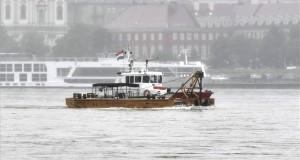 A Szent Flórián tűzoltóhajó érkezik egy pontonhídelemmel az éjjel történt hajóbaleset helyszínére a Duna fővárosi szakaszán, a Margit hídnál 2019. május 30-án. Legalább heten meghaltak, amikor 29-én éjszaka egy nagyméretű luxushajó és egy turistahajó összeütközött a Dunán a Parlament közelében, majd az egyik, a Hableány felborult és elsüllyedt 33 dél-koreai turistával és a kéttagú magyar személyzettel a fedélzetén. MTI/Máthé Zoltán