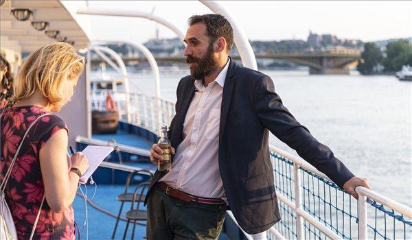 Vágó Gábor, a Lehet Más a Politika (LMP) listavezetője újságírokkal beszélget a párt eredményváró rendezvényén a fővárosi Fortuna hajón az európai parlamenti (EP-) választás napján, 2019. május 26-án. MTI/Szigetváry Zsolt