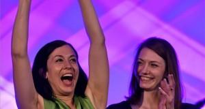 Cseh Katalin, a Momentum EP-listavezetője (b) és Donáth Anna Júlia, a párt alelnöke, mandátumot szerző képviselők a Momentum Mozgalom eredményváró rendezvényén a Dürer Rendezvényházban az európai parlamenti (EP-) választás napján, 2019. május 26-án. MTI/Illyés Tibor