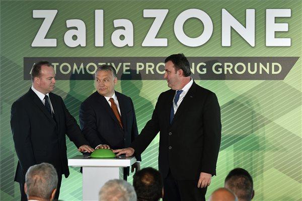 Orbán Viktor miniszterelnök (k), Palkovics László innovációs és technológiai miniszter (j) és Háry András, az Autóipari Próbapálya Zala Kft. ügyvezetője átadja a ZalaZone Zalaegerszegi Járműipari Tesztpálya első ütemét 2019. május 20-án. MTI/Szigetváry Zsolt