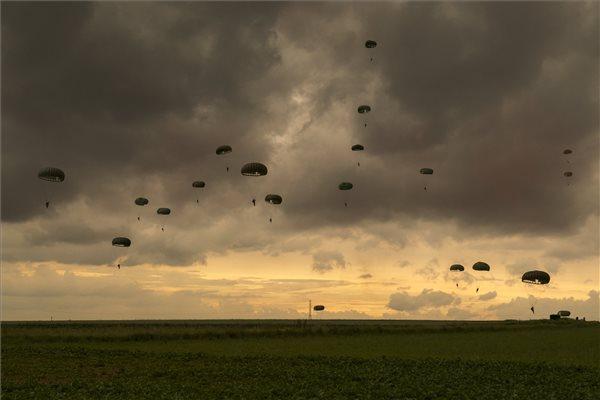 Hagyományőrző ejtőernyősök a normandiai partvidéken fekvő Carentan környékén, az 1945-ös carentani csata helyszínén 2019. június 5-én, a II. világháborús normandiai partraszállás kezdetének 75. évfordulója előtt. A náci német hadsereg elleni szövetséges invázió 1944. június 6-án kezdődött. MTI/Szalay-Berzeviczy Attila