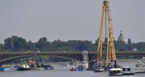 A Clark Ádám hajódaru a Margit híd közelében 2019. június 9-én. A hajódaruval fogják kiemelni a hídnál hajóbalesetben elsüllyedt Hableány turistahajót. A Hableány május 29-én süllyedt el a Margit hídnál, miután összeütközött a Viking Sigyn szállodahajóval. A fedélzeten 35-en utaztak, 33 dél-koreai állampolgár és a kéttagú magyar személyzet. Hét embert sikerült kimenteni, hét dél-koreai állampolgár holttestét pedig még aznap megtalálták. Azóta további tizenhárom áldozat, köztük a Hableány matrózának holttestét találták meg és azonosították. MTI/Illyés Tibor