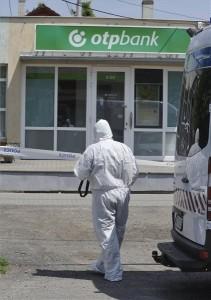 Bűnügyi helyszínelés az OTP Bank üllői fiókjában 2019. június 18-án. A bankban egy 170 centiméter magas fiatal férfi fegyverrel vagy annak utánzatával kényszerítette az egyik dolgozót, hogy készpénzt adjon át neki. A férfi lövést nem adott le, a pénzzel gyalogosan menekült el a helyszínről. MTI/Mihádák Zoltán
