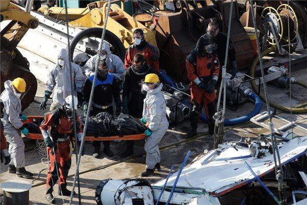 A balesetben elsüllyedt Hableány turistahajó roncsából kiemelt holttestet viszik a Margit hídnál horgonyzó uszályon 2019. június 11-én. A Hableány május 29-én süllyedt el a Margit hídnál, miután összeütközött a Viking Sigyn szállodahajóval. A fedélzeten 35-en utaztak, 33 dél-koreai állampolgár és a kéttagú magyar személyzet. Hét embert sikerült kimenteni, hét dél-koreai állampolgár holttestét pedig még aznap megtalálták. Azóta további tizenhárom áldozat, köztük a Hableány matrózának holttestét találták meg és azonosították. MTI/Mohai Balázs