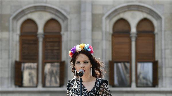Karafiáth Orsolya költő, fordító, publicista a 24. Budapest Pride megnyitóján a Kossuth téren 2019. július 6-án. MTI/Szigetváry Zsolt