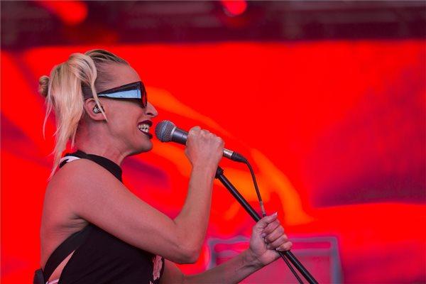 Pásztor Anna énekesnő az Anna and the Barbies koncertjén a 27. VOLT Fesztiválon a soproni Lővér kempingben 2019. június 28-án. MTI/Nyikos Péter