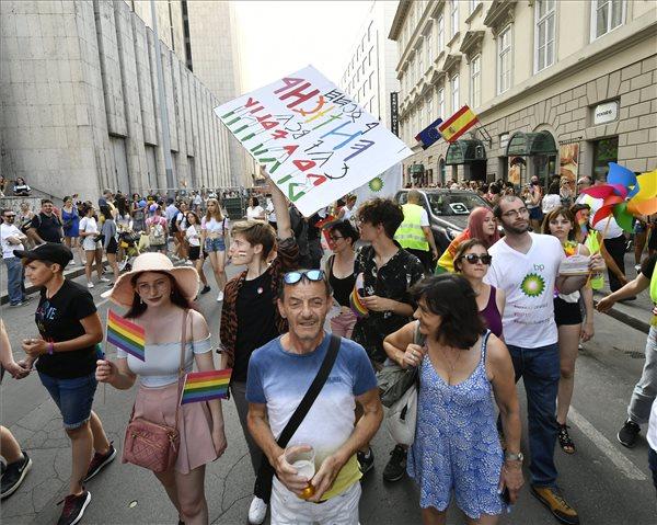 A 24. Budapest Pride felvonulás résztvevői az Apáczai Csere János utcában 2019. július 6-án. MTI/Szigetváry Zsolt