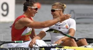 A második helyezett fehérorosz Volha Hudzenka (b) és a harmadik helyezett Kozák Danuta a női kajak egyesek 500 méteres versenyének döntőjében a szegedi kajak-kenu világbajnokságon 2019. augusztus 25-én. MTI/Kovács Tamás