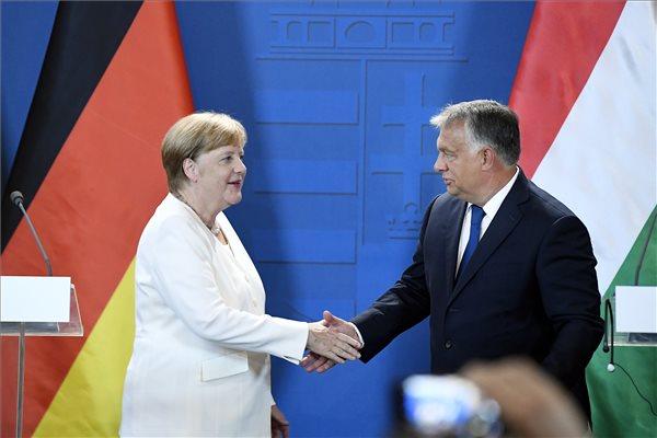 Angela Merkel német kancellár és Orbán Viktor miniszterelnök sajtónyilatkozatot tesz a Páneurópai Piknik 30. évfordulója alkalmából tartott ökumenikus istentisztelet után a soproni városházán 2019. augusztus 19-én. MTI/Koszticsák Szilárd