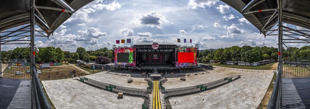 A 27. Sziget fesztivál helyszínén, az Óbudai-szigeten az épülő nagyszínpadról számítógépes programmal készített panorámakép 2019. augusztus 5-én. Az idei fesztivált augusztus 7. és 13. között rendezik meg. MTI/Szigetváry Zsolt
