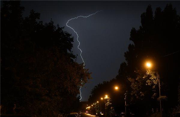 Villám cikázik az égbolton a IX. kerülei Gyáli út felett 2019. augusztus 14-re virradóan. MTI/Illyés Tibor