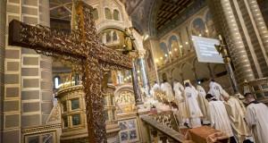 A Nemzetközi Eucharisztikus Kongresszus missziós keresztje a pécsi székesegyházban 2019. augusztus 23-án. MTI/Sóki Tamás