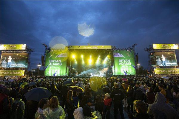 Közönség a Wellhello együttes koncertjén a budapesti Hősök terén 2019. szeptember 28-án. MTI/Mohai Balázs