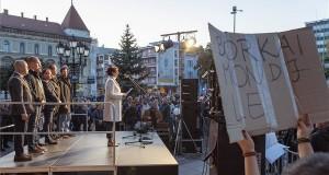 Glázer Tímea, a győri ellenzési összefogás polgármesterjelöltje felszólal a Tüntetés Borkai Zsolt és a maffiakormányzás ellen elnevezésű rendezvényen a győri városháza előtti téren 2019. október 12-én. MTI/Krizsán Csaba