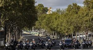 A Miniszterelnöki Sajtóiroda által közzétett képen a Jacques Chirac egykori francia államfő koporsóját szállító konvoj Párizs belvárosában a gyászszertartás napján, 2019. szeptember 30-án. A politikus szeptember 26-án, 86 éves korában hunyt el. MTI/Miniszterelnöki Sajtóiroda/Szecsődi Balázs