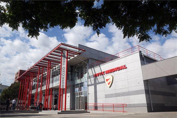 A DVTK Medical Center és a birkózóterem az átadóünnepség napján Miskolcon 2019. október 1-jén. A diósgyőri stadion közelében álló DVTK (Diósgyőri Vasgyárak Testgyakorló Köre) Medical Center megvalósításához - az Emberi Erőforrások Minisztériumának támogatásában - egy 2017-es kormányhatározat biztosított csaknem másfél milliárd forintot, a tervezés és kivitelezés másfél év alatt zajlott le, amelynek köszönhetően az országban egyedülálló sportorvosi, diagnosztikai és rehabilitációs központ valósult meg, közel 2000 négyzetméter alapterületen. Ezzel a beruházással a Diósgyőr lett az országban az első multisport egyesület, amely saját tulajdonú komplex sportegészségügyi központtal is bír. MTI/Vajda János