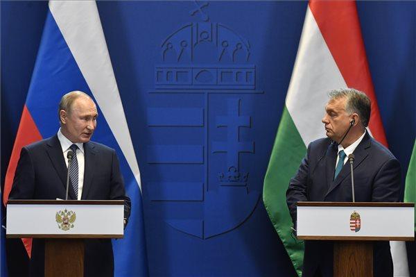 Vlagyimir Putyin orosz elnök (b) és Orbán Viktor miniszterelnök a tárgyalásukat követően tartott sajtótájékoztatón a Karmelita kolostorban 2019. október 30-án. MTI/Máthé Zoltán
